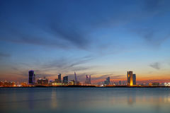 Bahrain horisont under solnedgång på blåa timmar Royaltyfria Bilder