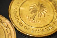 Bahrain-Makroschuß einer zwei fil Bahrains 5 Münze Stockfotografie