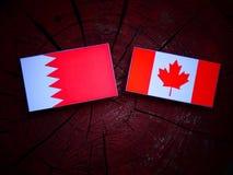 Bahrajn flaga z kanadyjczyk flaga na drzewnym fiszorku odizolowywającym fotografia stock