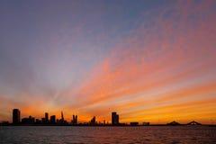 Bahrajn linia horyzontu i złoty niebo przy zmierzchem, HDR zdjęcie royalty free