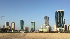 Bahrajn, Manama 25,03,2018 Centrum Manama Drapacz chmur, samochody na alei zbiory wideo