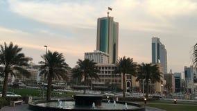 Bahrajn, Manama 25,03,2018 Centrum Manama Drapacz chmur, samochody na alei fontanna zbiory wideo