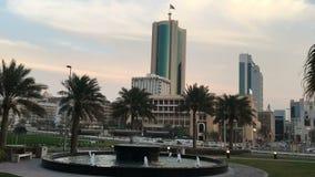 Bahrajn, Manama 25,03,2018 Centrum Manama Drapacz chmur, samochody na alei fontanna zdjęcie wideo
