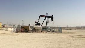 Bahrajn, 25,03,2018 Produkcja ropy naftowej w pustynnym Bahrajn zbiory wideo