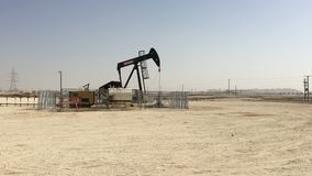 Bahrein, 25,03,2018 Olieproductie in de woestijn Bahrein stock videobeelden