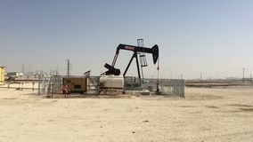 Bahrein, 25,03,2018 Olieproductie in de woestijn Bahrein stock video