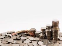 Baht de pile de pièce de monnaie à l'arrière-plan blanc Photos stock