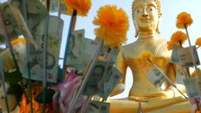 Baht tailandês do dinheiro Cédulas em um valor nominal do baht 20 Papel moeda no fundo da estátua da Buda video estoque