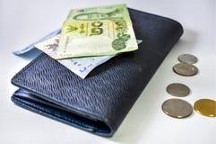 Baht tailandese e portafoglio blu fotografie stock