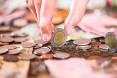 Baht tailandés, dinero, moneda tailandesa Escalera tailandesa del baño de las monedas del dinero clasificada Rey de Tailandia El  Fotos de archivo libres de regalías