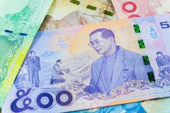500 baht thai sedel, jubileums- sedlar i minne av den sena konungen Bhumibol Adulyadej, fokus på konungen royaltyfria foton