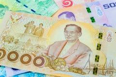 1000 baht thai sedel, jubileums- sedlar i minne av den sena konungen Bhumibol Adulyadej, fokus på konungen royaltyfria bilder