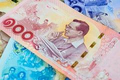100 baht thai sedel, jubileums- sedlar i minne av den sena konungen Bhumibol Adulyadej, fokus på konungen royaltyfri fotografi