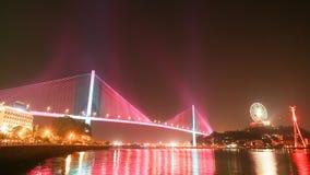 Bai Chay Bridge in Ha snakt, Vietnam met kleurrijke verlichting bij nacht omhoog wordt aangestoken die stock video