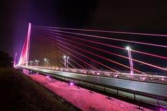 Bai Chay Bridge nell'ha Vietnam di lunghezza si è accesa con illuminazione variopinta alla notte Fotografia Stock
