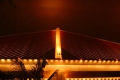 Bai de chay brug in halongbaai Vietnam stak omhoog met gouden verlichting aan Stock Afbeeldingen