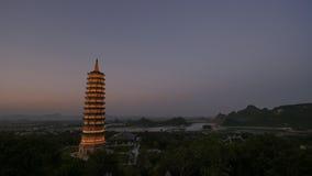 Bai Dinh Temple med det upplysta tornet i skymningen, Vietnam Fotografering för Bildbyråer