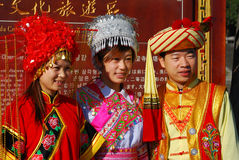 Bai-folk som bär deras traditionella stams dräkt fotografering för bildbyråer