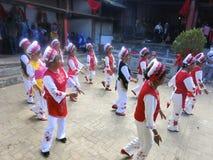 Bai People Dancing i Kina royaltyfria bilder