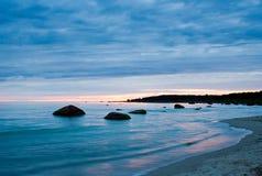 Baia calma sul tramonto Fotografia Stock Libera da Diritti