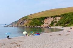 Baia colorata Cornovaglia Inghilterra Regno Unito di Whitsand della spiaggia di Portwrinkle degli ombrelli Immagini Stock
