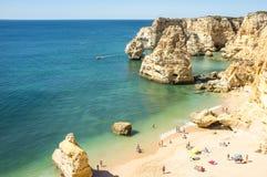Baia con i turisti a Praia da Marinha Fotografie Stock Libere da Diritti