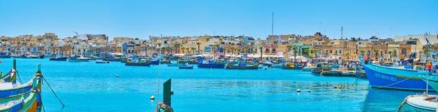 Baia con le barche di luzzu, Malta di Marsaxlokk fotografie stock libere da diritti