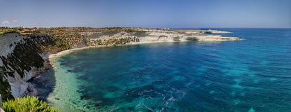 Baia con le scogliere massicce a Malta Fotografia Stock