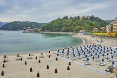 Baia dei poeti con gli allineamenti perfetti degli ombrelli di spiaggia - Lerici Fotografia Stock