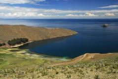 Baia del lago Titicaca come veduto da Isla del Sol Immagini Stock