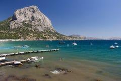 Baia del mare circondata dalle montagne Fotografie Stock Libere da Diritti