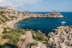 Baia del mare con acqua blu e la spiaggia Immagine Stock