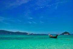 Baia del mare con acqua del turchese ed i pescherecci sotto il cielo luminoso Abbellisca il chiaro cielo blu, il mare luccicante, Immagine Stock Libera da Diritti