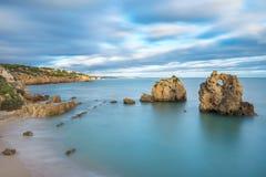 Baia del mare con le viste di Albufeira Immagini Stock Libere da Diritti