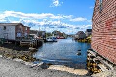 Baia del paesino di pescatori con le barche e le baracche di pesca Immagini Stock Libere da Diritti