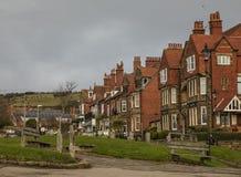 Baia del ` s di Robin Hood - il villaggio e le case con mattoni a vista rosse fotografia stock libera da diritti