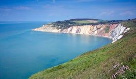 Baia dell'allume della costa dell'isola di Wight accanto all'attrazione turistica degli aghi Immagini Stock