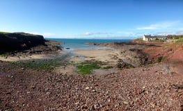 Baia dell'assicella sul percorso del cittadino di Pembrokeshire Immagine Stock Libera da Diritti