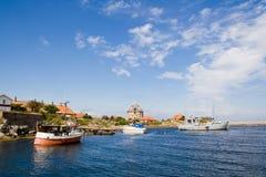 Baia dell'isola di Christianso con le barche e la nave Danimarca fotografie stock libere da diritti