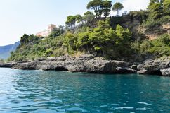 Baia dell'Italia - mare e le montagne fotografia stock