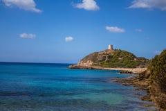 Baia dell'Italia Sardegna Torre di Chia con cielo blu fotografia stock