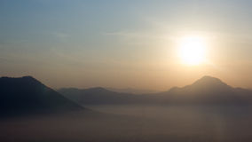 Baia della nebbia del mare e prima luce del sole del giorno fotografia stock