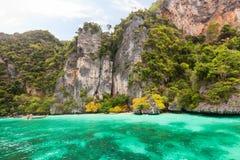 Baia della scimmia nell'isola di Phi Phi Phuket thailand immagini stock libere da diritti