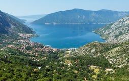 Città di Cattaro sulla costa (Montenegro, baia di Cattaro) immagine stock libera da diritti