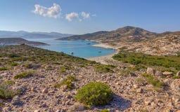 Baia di Ano Myrsini, Polyaigos, Grecia Immagini Stock
