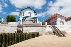 Baia di Arcachon, Francia, case colorate alla spiaggia Fotografie Stock