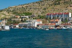 Baia di Balaclava di estate, barche al pilastro fotografia stock
