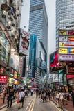 Baia di camminata Hong Kong della strada soprelevata di acquisto della gente Fotografia Stock Libera da Diritti