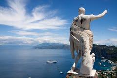Baia di Capri Italia con la statua del caesar Fotografia Stock Libera da Diritti
