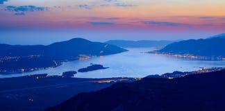 Baia di Cattaro alla notte Panorama di alta risoluzione della baia di Boka-Kotorska Cattaro, Teodo, Perast, Montenegro Fotografia Stock Libera da Diritti